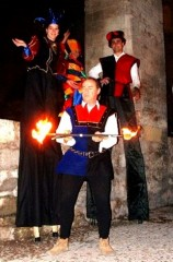 Jongleur magicien échassier de feu reconstitution