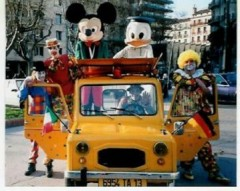 Voiture burlesque parade des clowns Mickey Donald