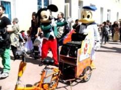 Vélo électrique avec remorque sono Mickey et Donald