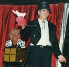 Magicien et sa partenaire grande illusion