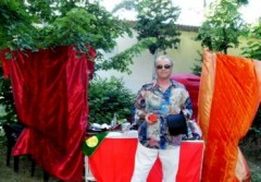 Magicien une fete publique dans un parc pour enfants adultes